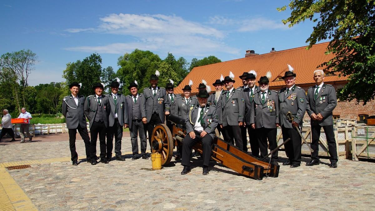 ... z.B. mit Gruppenfoto mit Kanone, ...