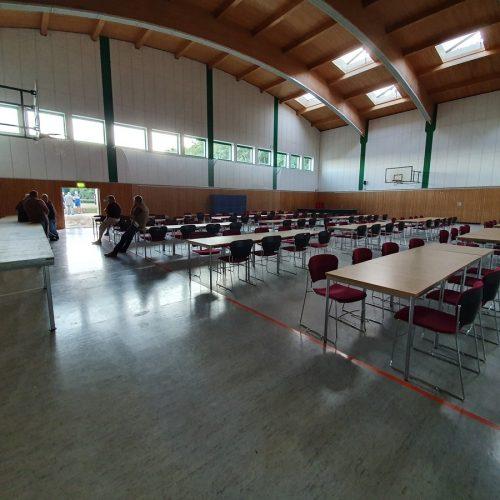 Stühle und Tische müssen aufgebaut werden