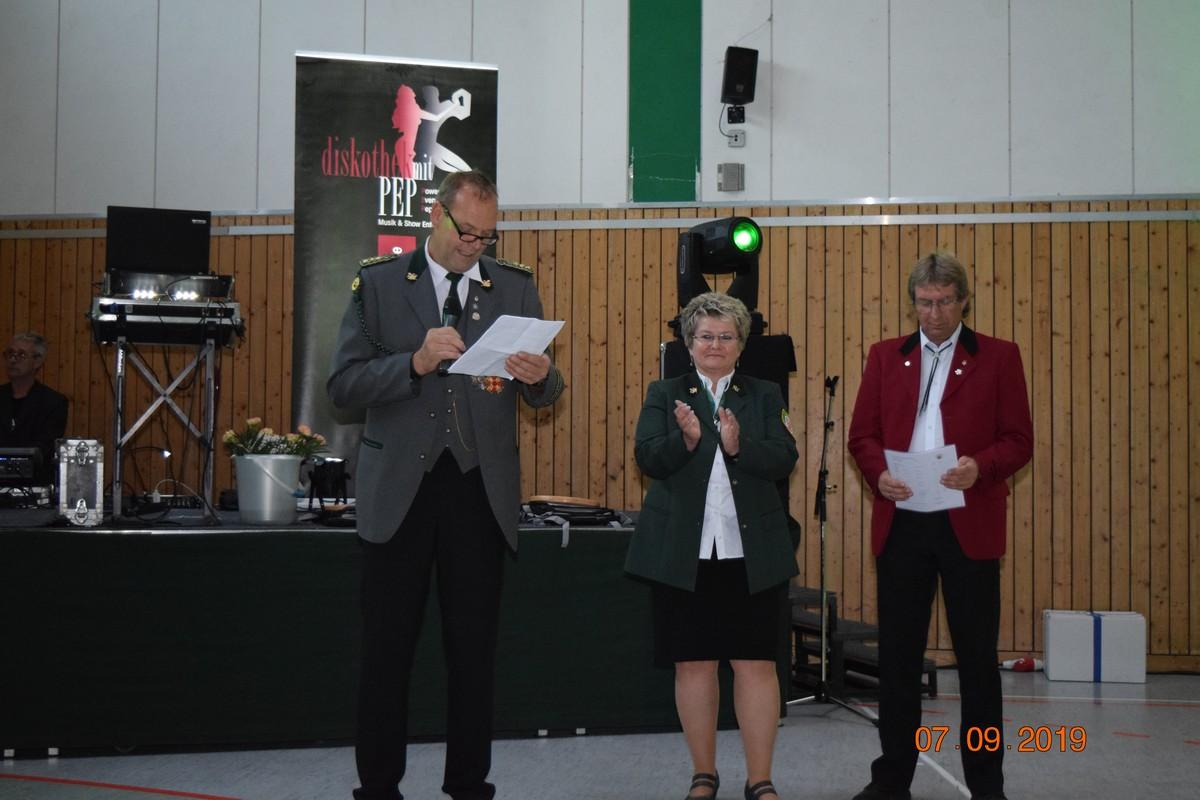 Olaf begrüßt die Gäste gemeinsam mit der Kreisschützenmeisterin